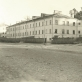 Istorijų namai įsikūrė pastate, kuriame 1943 m. balandį veikė vokiečių okupacinei kariuomenei priklausančios kareivinės. Fotografas nežinomas