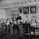 Grūto pradžios mokyklos mokiniai pamokoje su mokytoju Motiejumi Bigeliu. Apie 1932 m. LCVA nuos.