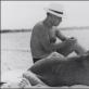 Man Ray. Pablo Picasso su savo šuniu. 1934