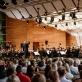 """Mario Jansono orkestras ir dirigentas John Eliot Gardiner """"Dzintari"""" koncertų salėje Jūrmaloje. Organizatorių nuotr."""