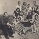 """Apie 1957 m. Troicko Pečiorsko (Komija) lietuviai ir latviai iškyloje prie Pečioros upės. Nuotrauka iš: Gaila Kirdienė. """"Lietuvių ir latvių muzikinis-kultūrinis bendravimas sovietmečiu politinio kalinimo ir tremties vietose"""" ir Spruogių šeimos archyvo."""