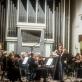"""Koncerto """"Orkestras iš arti"""" akimirka. Barbora Domarkaitė, Modestas Pitrėnas ir Lietuvos nacionalinis simfoninis orkestras. D. Matvejevo nuotr."""