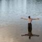 """Kadras iš filmo """"Miestas prie upės"""""""
