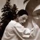 """Mimas Zigmas Banevičius, apsirengęs Pjero kostiumu šalia skulptūros """"Barbora"""". Kadras iš improvizuoto performanso Jeruzalėje. XX a. 8 deš. Vildžiūnų šeimos archyvas"""