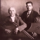 Čekiškės apylinkių kanklininkai su savo darbo kanklėmis. Iš kairės sėdi: Antanas Masaitis, Adomas Radzevičius, stovi Masaičio sūnus. Lietuvos nacionalinio muziejaus nuosavybė
