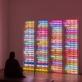 """Bruce'o Naumano instaliacijos """"One Hundred Live and Die"""" / """"Šimtas gyvena ir miršta"""" (1984) vaizdas """"Tate Modern"""". M. Greenwood nuotr. © Bruce Nauman / ARS, NY and DACS, London 2020"""
