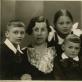 Gricių šeima: Anelė ir Augustinas su vaikais. Iš kairės: Jonas, Laima ir Algis. 1938 m. Lietuvos teatro muzikos ir kino muziejaus nuotr.