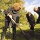 Jimmie Durham ir Carolyn Christov-Bakargiev sodina obelį