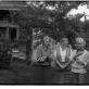 Saulė Kisarauskienė, Rita Kmieliauskienė, iš Australijos atvykusi paviešėti poetė Lidija Šimkutė, Antanas Kmieliauskas. Kisarauskų sodyboje, Bartelių kaime
