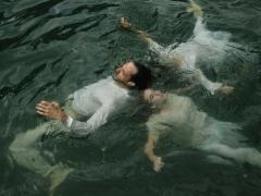 "Scena iš spektaklio ""Du skęsta, trys plaukia"""