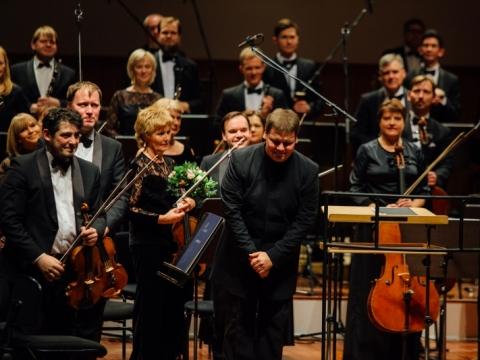 Latvijos nacionalinis simfoninis orkestras ir dirigentas Andris Poga. LVSO archyvo nuotr.