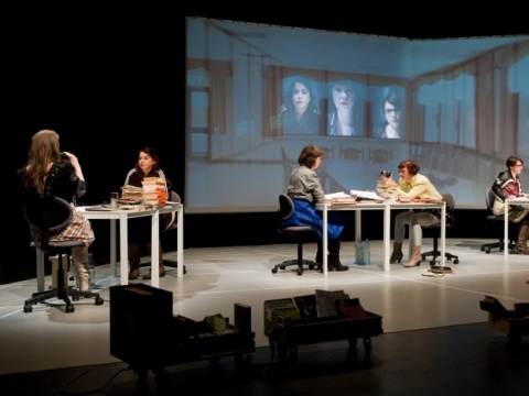 "Scena iš teatro kolektyvo ""She she pop"" spektaklio ""Stalčiai"". B. Krieg nuotr."